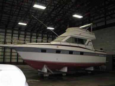 1986 Cruisers Yachts Chateau Vee 338